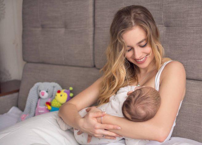 femeie alapteaza bebelus
