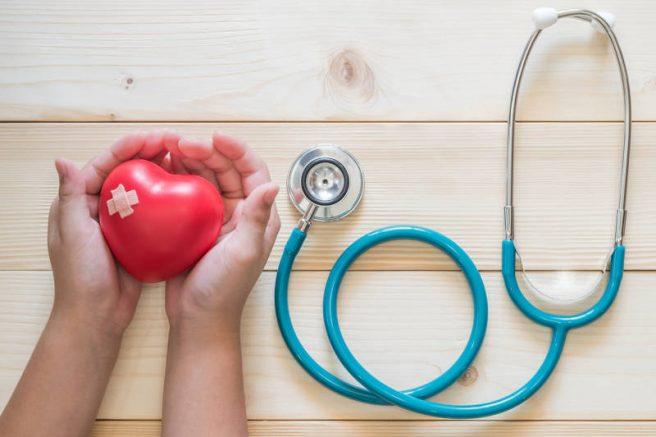 inima in mana copil cu stetoscop