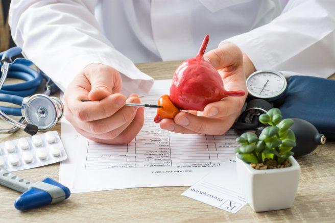 medic-ce-are-multe-intstrumente-medicale-langa-el-tine-in-mana-un-mulaj-cu-prostata-si-arata-ceva-la-ea-cu-un-creion