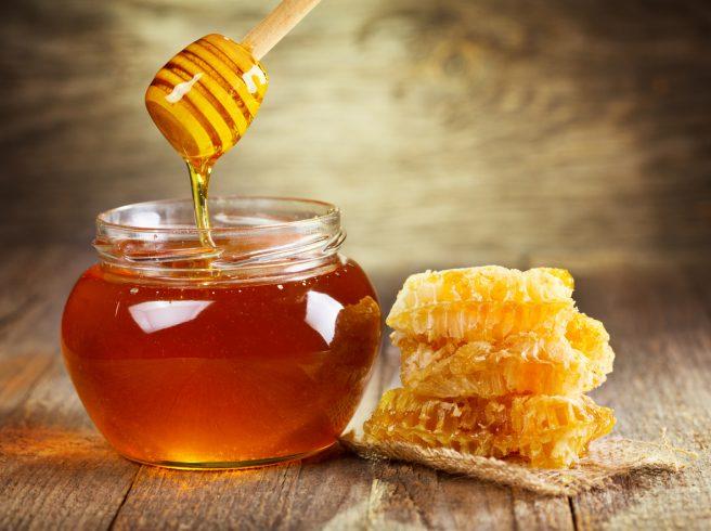 borcan-plin-cu-miere-langa-care-sunt-fagure-cu-miere