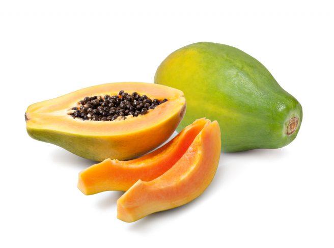 papaya-intreg-langa-care-este-o-alta-jumatate-taiata-si-alte-doua-felii