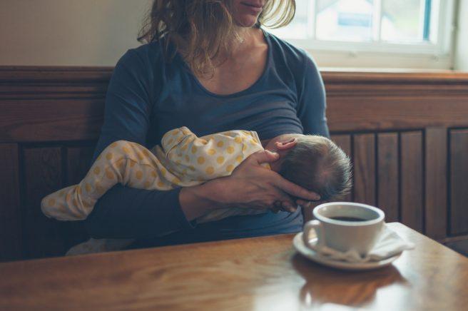 mama-isi-alapteaza-copilul-la-san-si-are-in-fata-ei-o-ceasca-de-cafea
