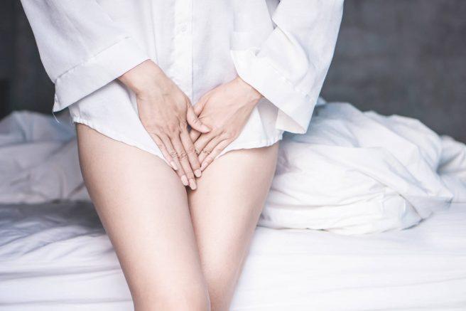 femeie-cu-camasa-alta-care-are-secretii-vaginale-maronii-in-sarcina