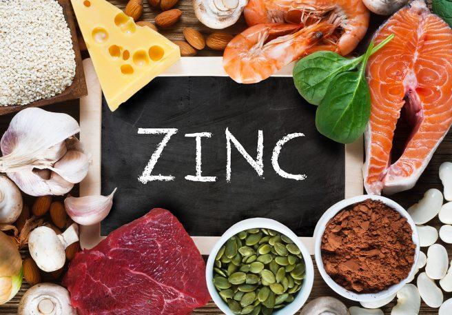 tabla-neagra-pe-care-scrie-zinc-si-care-este-inconjurata-de-alimente-sanatoase-ca-tratament-naturist-pentru-infertilitatea-la-barbati
