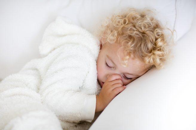 copil-blond-si-cret-doarme-cu-degetul-in-gura