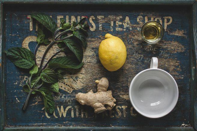 Tavă cu ceai , ghimbir, lămâie, mentă și miere