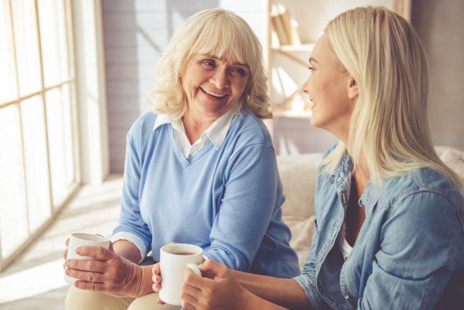 Două femei care beau ceai