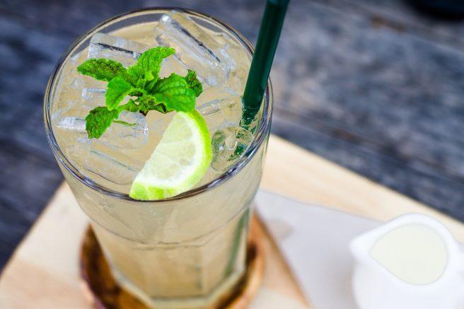 Pahar de apă cu frunze de mentă și gheață