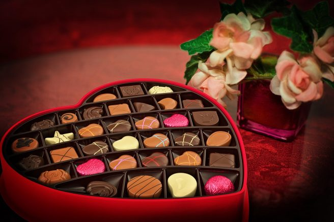 bomboane de ciocolată asortate în cutie în formă de inimă
