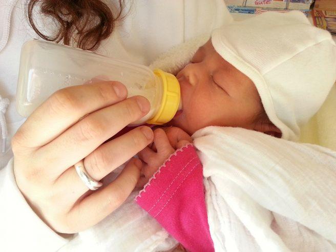 Nou-nascut alaptat cu beberonul