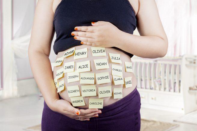 Femeie însărcinată cu nume desenate pe burtică