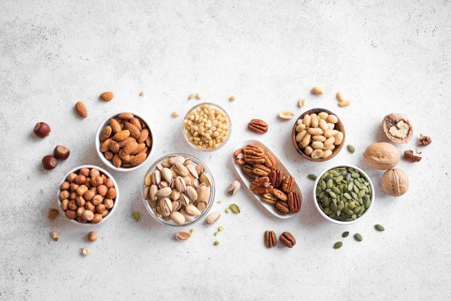 boluri-pline-cu-seminte-si-nuci-iar-langa-ele-sunt-asezate-alte-seminte-si-nuci-bune-pentru-dieta-in-alaptare