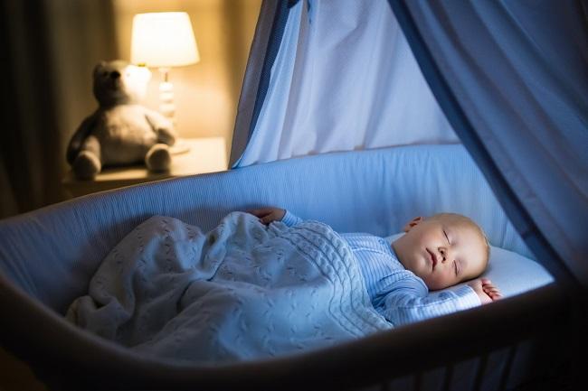 bebelus-care-doarme-intr-un-pat-cu-baldachinsi-este-invelit-cu-o-patura