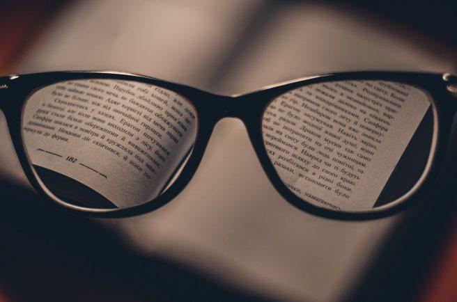 O pereche de ochelari si o carte