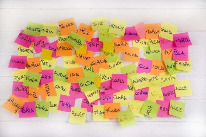 Panou cu stikere cu nume de fete