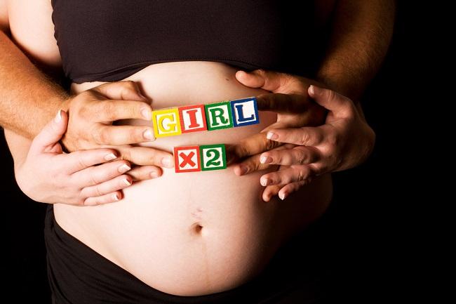 femeie-insarcinata-care-are-pe-burtica-cuburi-colorate-pe-care-scrie-ca-va-avea-2-fetite