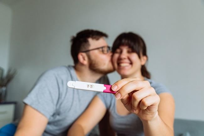 cuplu-fericit-care-se-uita-la-un-test-de-sarcina-pentru-cand-se-face-un-test-de-sarcina