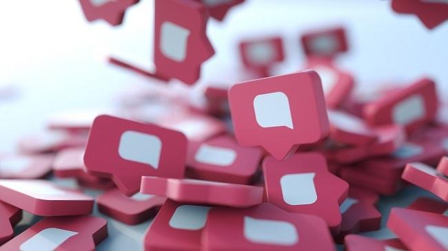figurine-mici-roz-care-arata-semnul-comentariilor-de-pe-retele-sociale