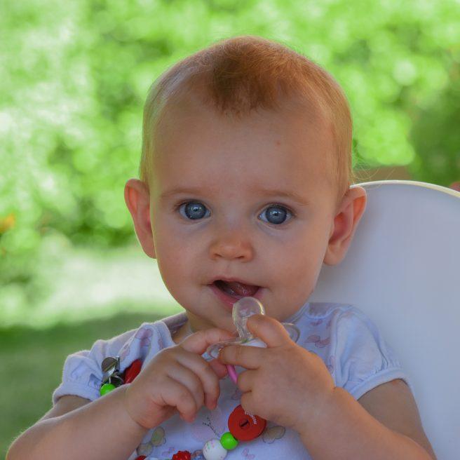 Bebeluș cu suzeta în mână
