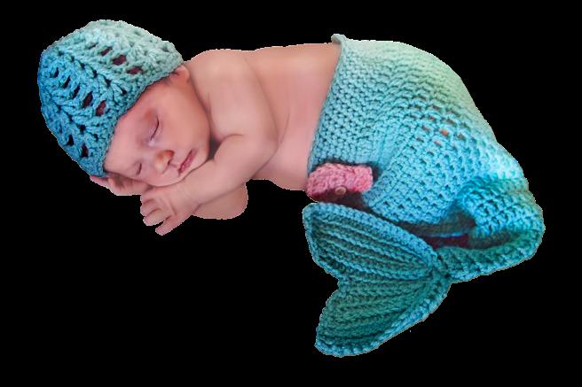 Bebeluș care doarme îmbrăcat în costum de sirenă