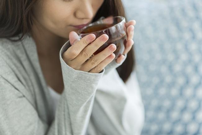 femeie-care-bea-ceai-pentru-constipație-după-cezariană