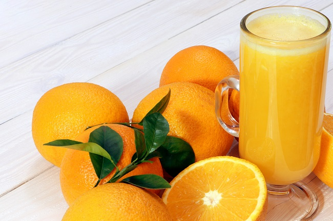 pahar-cu-suc-de-portocale-si-alte-portocale-pe-langa-pentru-sucuri-de-fructe-si-hummus-in-sarcină