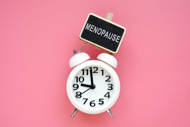 ceas-alb-care-deasupra-are-o-tabla-neagra-pe-care-scrie-cuvantul-menopauza