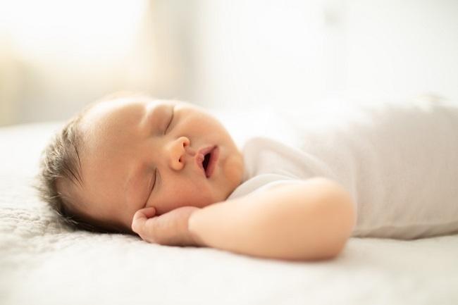 bebelus-care-doarme-pe-spate-si-cu-gura-deschisa-avand-regresia-somnului