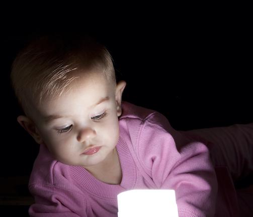 fetita-in-roz-care-se-uita-la-o-sursa-de-lumina-pentru-când-vede-bebelușul