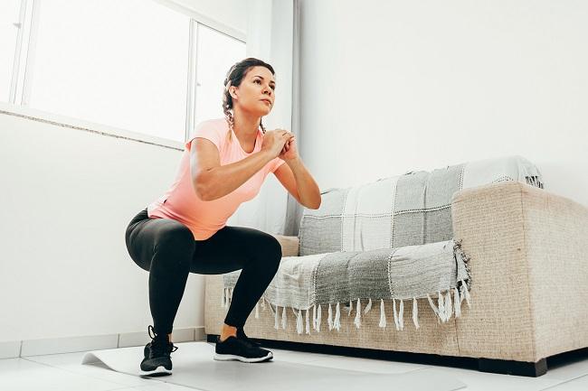 femeie-care-face-o-genuflexiune-pentru-sportul-după-cezariană