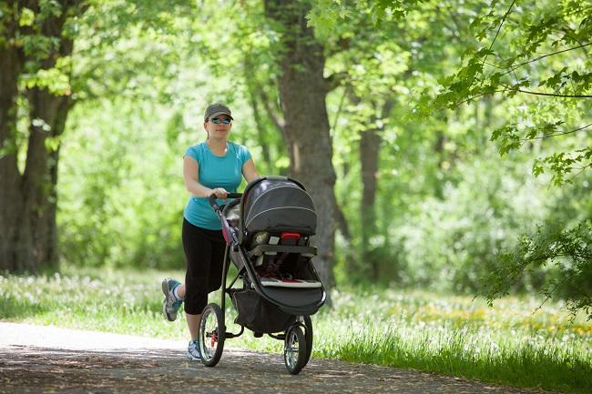 mama-care-plimba-caruciorul-in-parc-si-face-miscare-pentru-sportul-după-cezariană