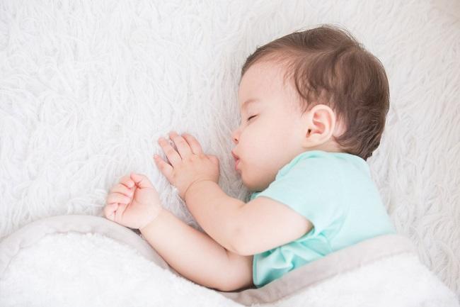 copil-mic-care-doarme-pe-o-parte-si-are-tricou-verde-deschis