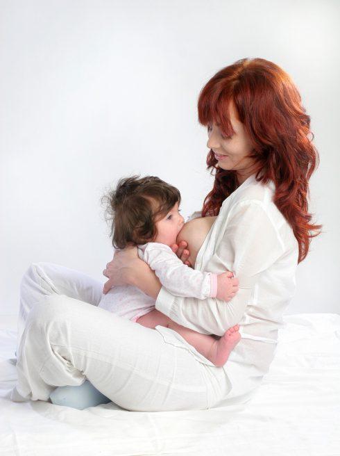 Mama care isi alapteaza bebelusul