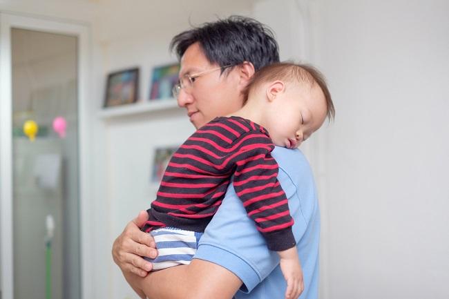 copil-asiatic-care-doarme-pe-umarul-tatalui-sau-asiatic-si-poarta-o-bluza-cu-dungi-negre-si-rosii